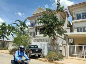 A 4-bedroom villa near the airport is rented for $1,300/month, with a bag for check-in, accommodation and office integration
